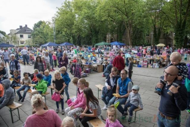Mit 60 bis 70 Ständen für den Kindertrödelmarkt war der Marktplatz überraschend gut gefüllt. (Foto: P. Gräber - Emscherblog.de)