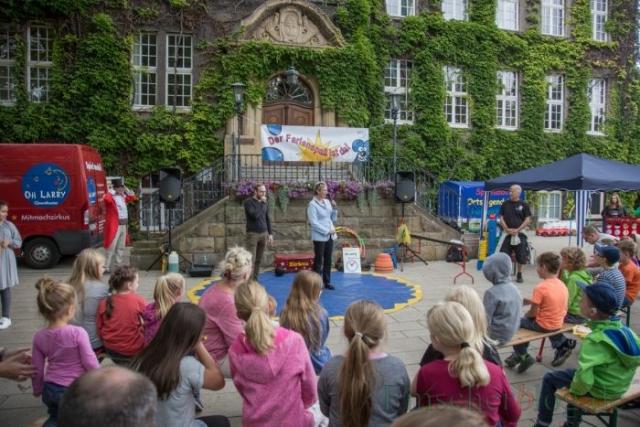 Bürgermeisterin Ulrike Drossel eröffnet den Holzwickeder Ferienspaß, der zum 40. Mal im Kreis Unna stattfindet. Das Kinder- und Jugendbüro wird 20 Jahre alt. (Foto: P. Gräber - Emscherblog.de)