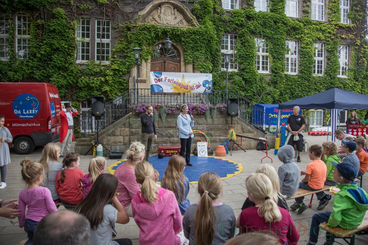 Bürgermeisterin Ulrike Drossel eröffnet den Holzwickeder Ferienspaß auf dem Marktplatz vor dem Rathaus. (Foto: P. Gräber - Emscherblog.de)