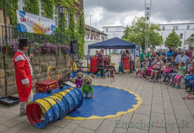 Clown Larry eröffnet seinen Mitmach-Zirkus mit einer gefährlichen Raubtierdressur. (Foto: P. Gräber - Emscherblog.de)