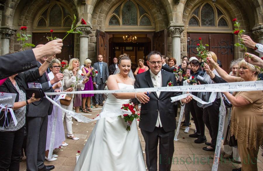 Glücklich im Hafen der Ehe angelegt: Dennis Herkelmann und Justyne Wochniak nach ihrer Trauung in der evangelischen Kirche am Markt. (Foto: P. Gräber - Emscherblog.de)
