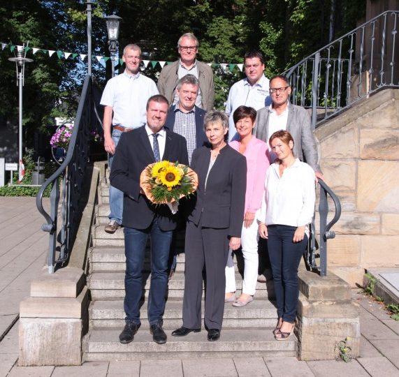 Der neue 1 Beigeordnete der Gemeinde Holzwickede, Bernd Kasischke vorne li.) , wurde an seinem ersten Arbeitstag heute von Bürgermeisterin Ulrike Drossel und den Führungskräften im Rathaus begrüßt. Foto: Gemeinde Holzwickede)