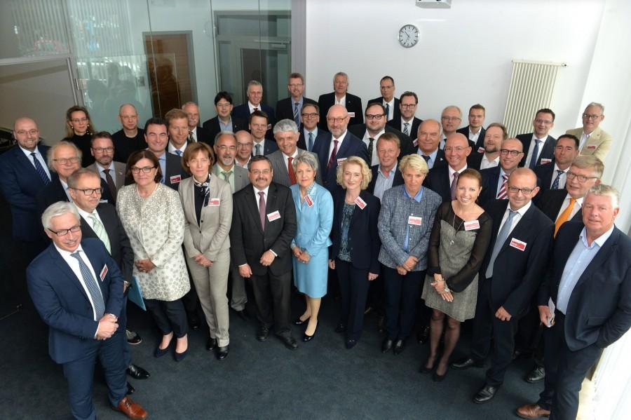 Kreisdirektor Wilk (2. Reihe, 3.v.l.) vertrat den Kreis bei der jüngsten Kommunalkonferenz in Berlin. (Foto: Bettina Ausserhofer)