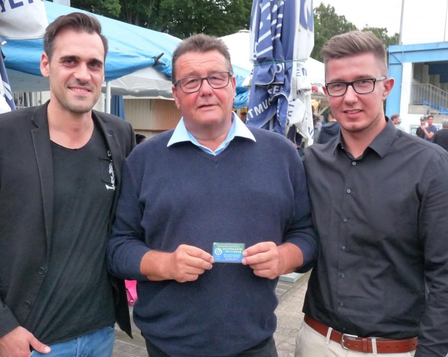 Eine Dauerkarte für die Heimspiele des HSC erhielt der scheidende Vorsitzende Karl Lösbrock (M.) von seinem Nachfolger Sebastian Benett (r.) überreicht. Links der Sportliche Leiter Tim Harbott. (Foto: privat)