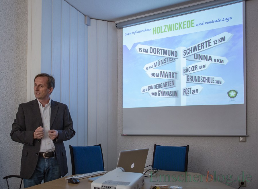 Michael Becker, Geschäftsführer der Agentur Sign-Group, erläutert die Symbolik der Bildmarke. (Foto: P. Gräber - Emscherblog.de)