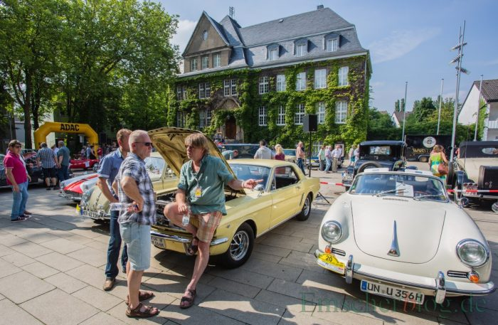 Fachsimpeln unter Oldtimer-Fans: Porsche 356 C Cabriolet, Bj. 1964, 1.571 ccm, 4 Zyl. 75 PS und links daneben ein Ford Mustang, Bj. 1964, 4.500 ccm, 8 Zyl., 200 PS. (Foto: P. Gräber - Emscherblog.de)