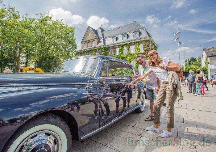 MSC-Vorsitzender Frank Griese und die stellvertretende Bürgermeisterin, Monika Mölle, haben ebenfalls Spaß an den schmucken alten Schlitten. (Foto: P. Gräber - Emscherblog.de)