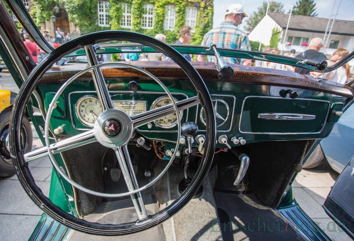 Zu seiner Zeit sportlich und wegweisend modern: das Armaturenbrett des Mercedes Benz Typ 230 W 153 mit Verkleidung aus Echtholz.(Foto: P. Gräber - Emscherblog.de)