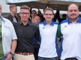 Ein Dankeschön fürs Ehrenamt: Karl-Heinz Schuricht (ganz links), Christoph Heim (3.v.l.) und Sven Schuricht (4.v.l.) betreuen seit Jahren die 4. Mannschaft des HSC und wurden dafür vom Vereinsvorsitzenden Sebastian Benett (2.v.l.) und dem Sportlichen Leiter Tim Harbott (ganz rechts) geehrt. (Foto: privat)