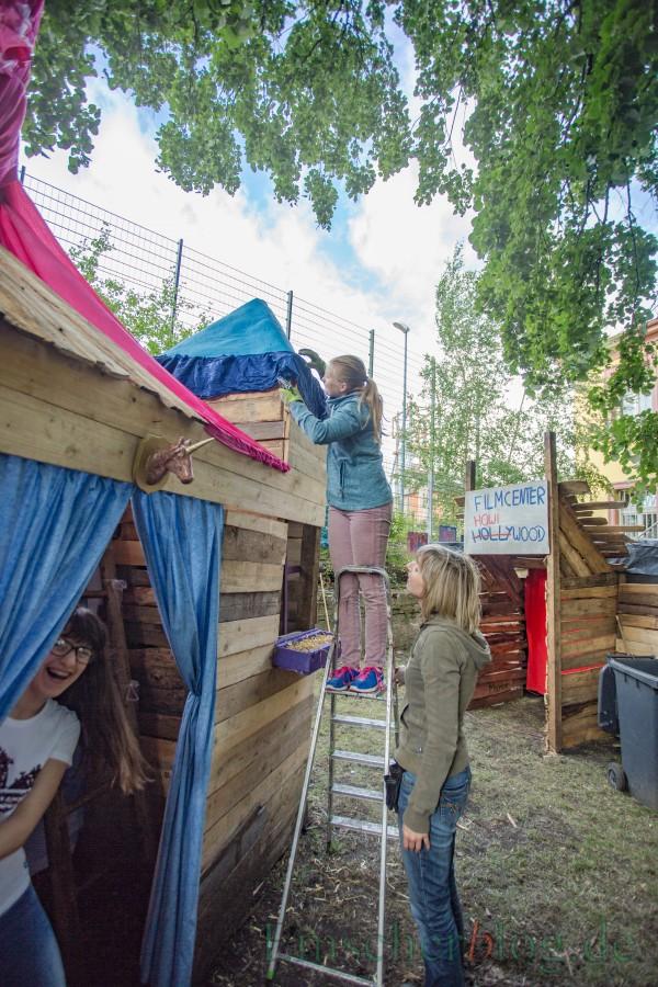 Kerstin Dreisbach-Dirb (r.) und die Mädchen der Kreativabteilung legen vor dem Abschlussfest heute noch letzte Hand an das Einhorn-Schloss. (Foto: P. Gräber - Emscherblog.de)