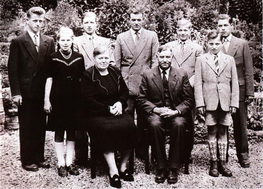 Pater Beda (2. Reihe Mitte) mit Eltern und Geschwistern 1956 vor dem, Eintritt in das Noviziat. (Foto: privat)