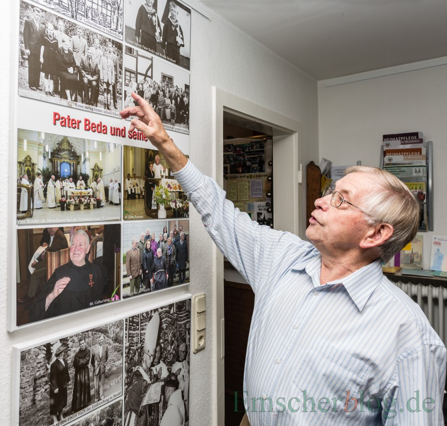 Bernhard Vickermann erläutert die alten Familienbilder in der Pater-Beda-Ausstellung in der Heimatstube. (Foto: P. Gräber - Emscherblog.de)