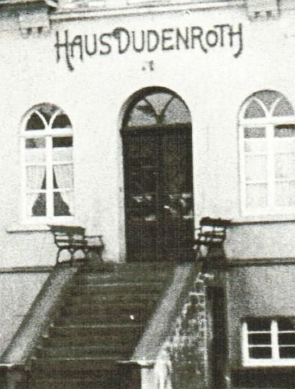 Dieses alte Foto zeigt die beiden Bänke am Eingang vor Haus Dudenroth. (Foto: Archiv)