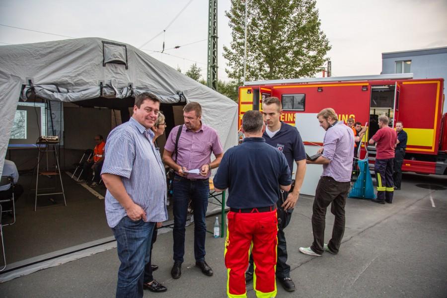 Die Verwaltungsspitzen, li. Fachbereichsleiter Matthias Aufermann, leiteten die Evakuierung vom Sammelplatz hinter dem Seniorenhaus Caroline. (Foto: P. Gräber - Emscherblog.de)