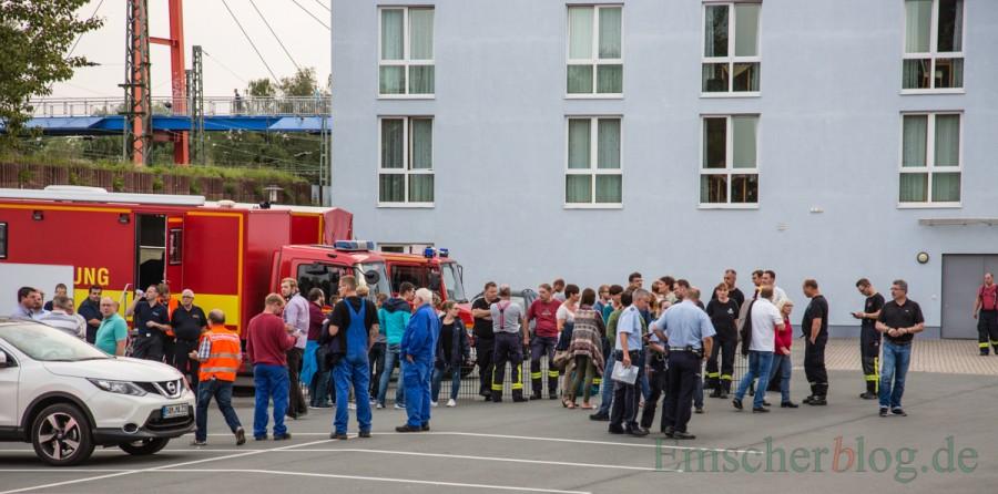 Die Sammelstelle vor der Einsatzleitung auf dem Parkplatz neben dem Treffpunkt Villa: Von hier aus wurde der ganze Einsatz und die Evakuierung koordiniert. . (Foto: P. Gräber - Emscherblog.de)