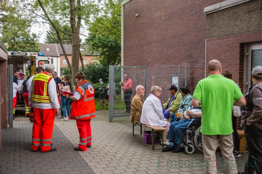 Die Turnhalle der Nordschule hatte die Gemeinde für die evakuierten Bewohner bereit gehakten. Nur 62 zumeist ältere Personen fanden sich an der Nordschule ein, wo sie von Helfern des DRK betreut wurden. (Foto: P. Gräber - Emscherblog.de)