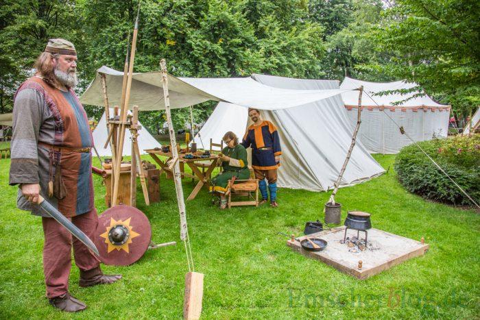 Die Darsteller geben einen Einblick in alte Handwerkskunst, hier die Fertigung eines Kettenhemdes. (Foto: P. Gräber - Emscherblog.de)