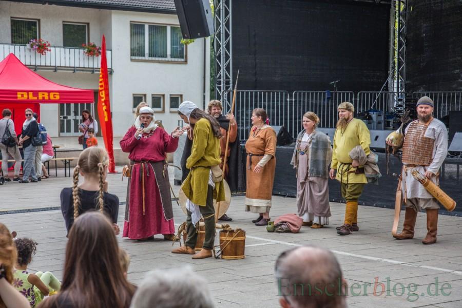 Historische Modenschau auf dem Marktplatz beim Holzuwickeder Sommer: Die Gewänder wurden dem Publikum bis ins Detail erklärt. (Foto: P. Gräber - Emscherblog.de)