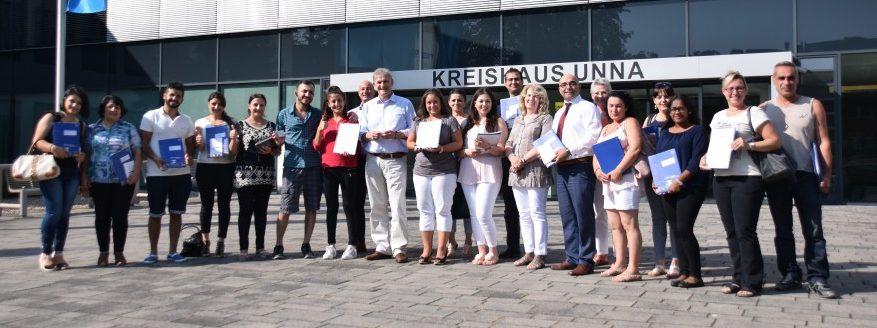 Landrat Michael Makiollöa gratuliert den Neubüprgern aus Die neu Eingebürgerten wohnen in Bergkamen, Werne, Schwerte, Fröndenberg, Kamen, Bönen und Holzwickede. (Foto: Kreis Unna)