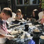 Betreuungskinder gestalten Betonkunst im Schulgarten