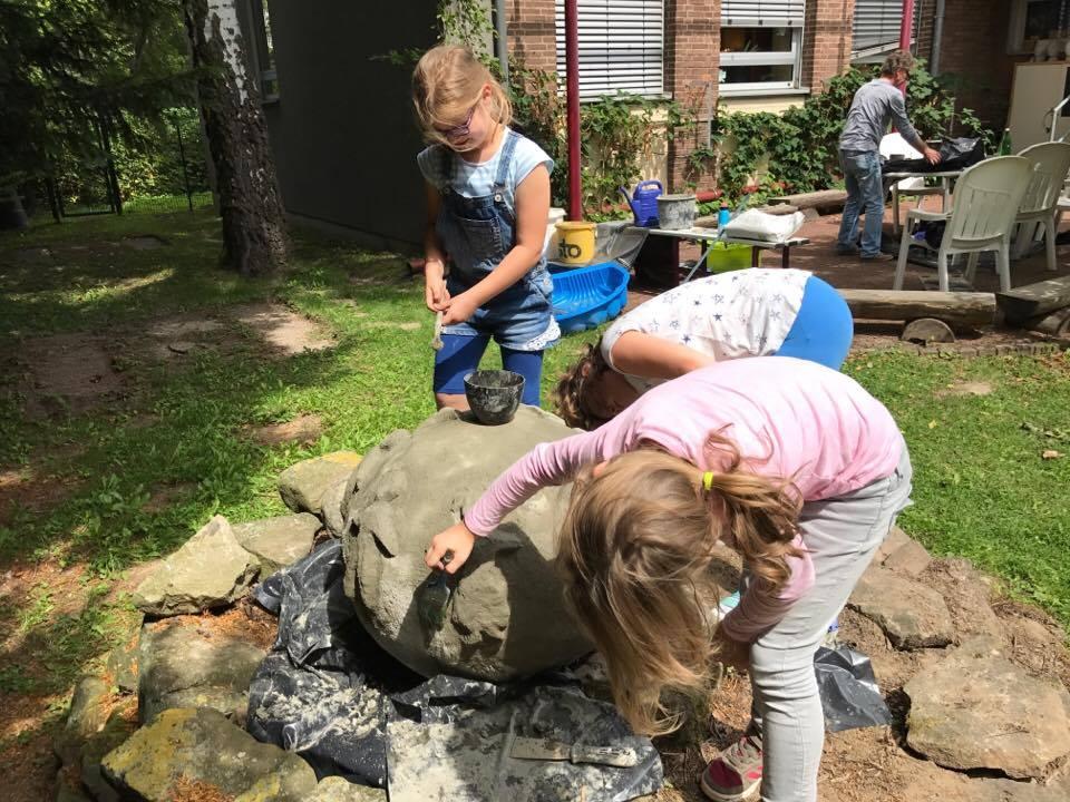 Die Kinder der Ganztagsbetreuung arbeiteten mit der Unnaer Künstlerin Ilona Hethmann und dem Werkstoff Beton im Garten der Dudenrothschule. (Foto: privat)