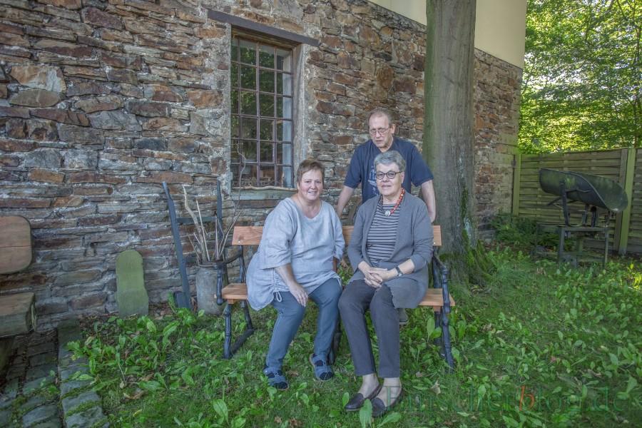Birgit Skupch, Monika Blennemann (r.) und Martin Böttcher auf der alten Bank von Haus Dudxrntoh, die der Historiscvhe Verein retten konnte. (Foto: P. Gräber - Emscherblog.de)