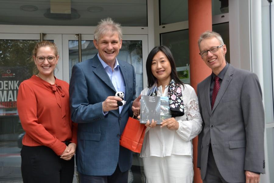 Michael Makiolla (2.v.l.) und Dr. Michael Dannebom empfingen jetzt die Repräsentation der Provinz Sichuan, Xiaoli Liu (2.v.r.), sowie Anna Malis vom Repräsentanzbüro der Provinz Sichuan. (Foto: WFG - Ute Heinze)