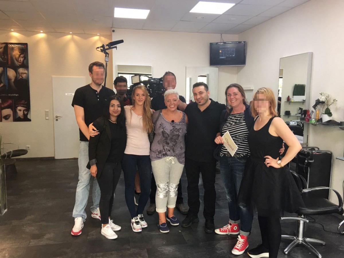 """Erinnerungsfoto vor der Shopping-Tour: Sandy Ritter mit dem Team von Serdal Hair-Fashion in Holzwickede sowie dem Kamerateam, das die Holzwickederin für die Sendung """"Shopping Queen"""" begleitete. (Foto: privat)"""