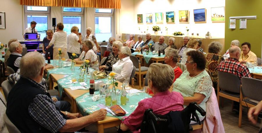 Am Nachmiottag verlagerte sich das Geschehen das mehr und mehr in die Cafeteria, wo der Entertainer Rudi Brossat für die Unterhaltung sorgte. (Foto: privat)