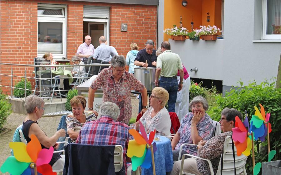 Bereits am Vormittag war der Garten der Senioren.Begegnungsstätte beim Sommerfest des Trägervereins gut gefüllt. (Foto: privat)