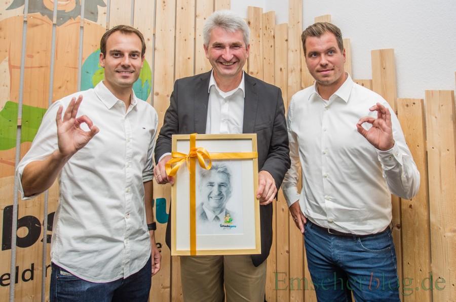 Willkommensgeschenk für den Minister: UNIQ-Gründer Daniel Marx (l.) und Daniel Krahn mit NRW-Minister Prof. Dr. Andreas Pinkwart. (Foto: P. Gräber - Emscherblog.de)