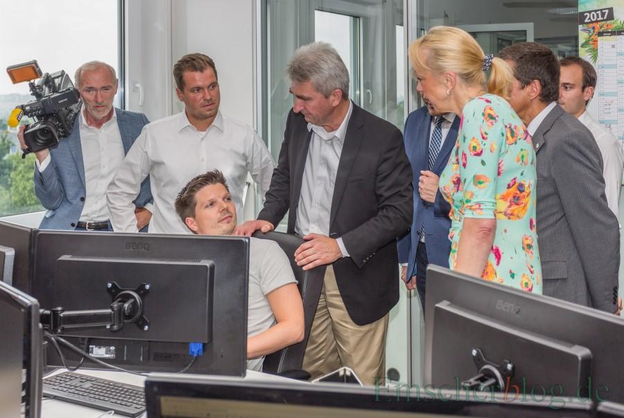 NRW-Wirtschafts-ä und Digitalminister Prof. Dr. Andreas Pinkwart stattet der UNIQ GmbH im Eco Port einen Besuch ab und informierten sich dort u.a. über das erfolgreiche Reiseschnäppchenportal Urlaubsguru. (Foto: P. Gräber - Emscherblog.de)über
