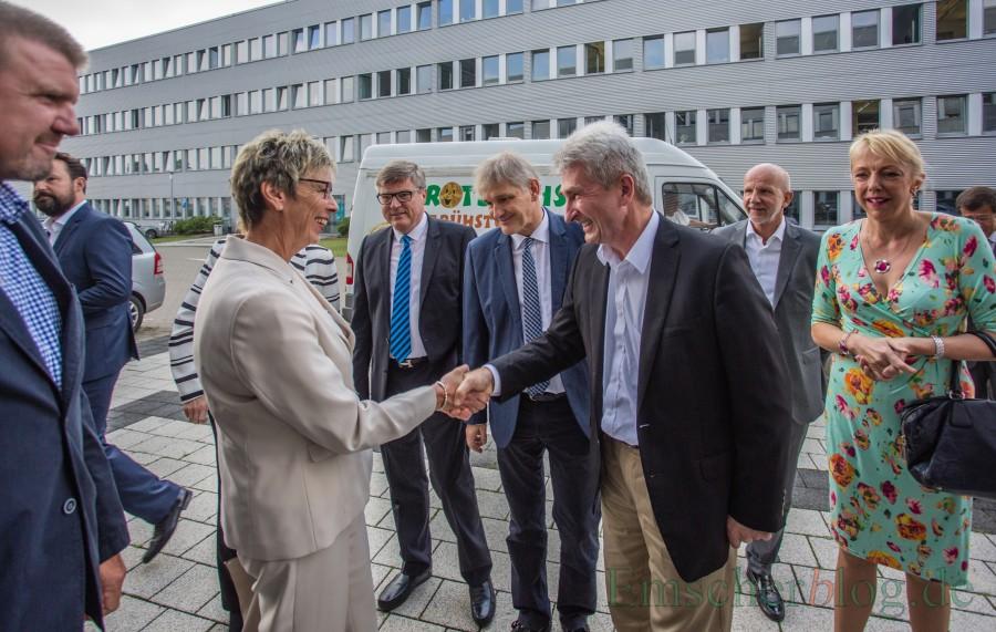 NBüprgermeisterin Ulrike Drüpssel und der 1. beigeordnete Bernd Kasischke begrüßen Minister Pinkwart bei seinem Besuch im Eco Port. (Foto: P. Gräber - Enscherblog.de)