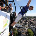 Gratis Bungee Jumping beim Stadtfest: Urlaubsguru überrascht mit Aktionen