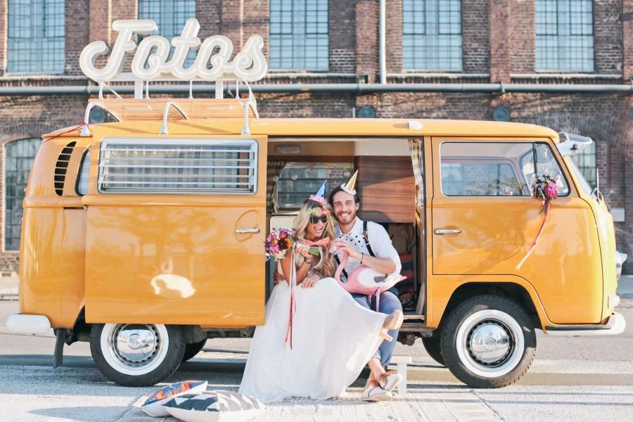 Ein als rollende Fotobox umgebauter VW Bulli lädt auf dem Streetfoodmarkt zu kostenlosen Schnappschüssen ein. (Foto: Foto-Bulli.de)