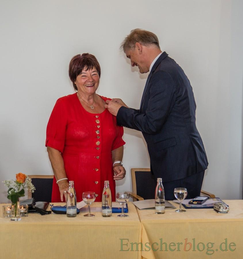 Landrat Michael Makiolla zeichnet Marie-Luise Wehlack im Namen des Bundespräsidenten Frank Steinmeier mit dem Bundesverdienstkreuz aus. (Foto: P. Gräber - Emscherblog.de)