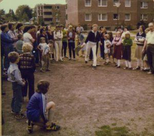 Mit Musik und Spielen erfolgten die ersten zaghaften Annäherungsversuche der deutsch-britischen Freundschaft in der Briten-Siedlung am Arnsberger Weg. Auch Anfang der 70er Jahre gab es schon Gummistiefel-Weitwurf, wie man sieht. (Foto: privat)