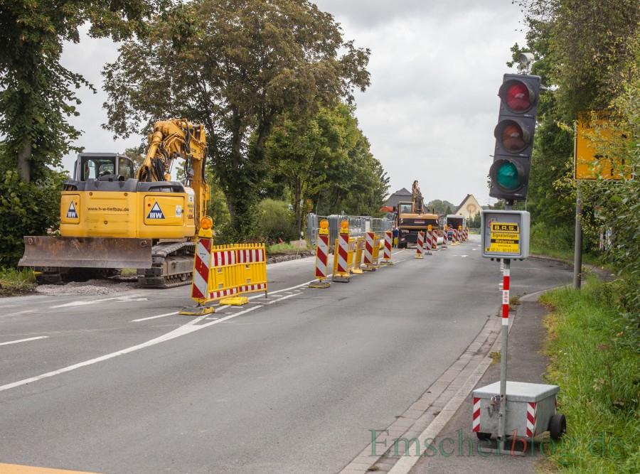 Die Baustelle vor Haus Opherdicke sorgt derzeit für erhebliche Verkehrsbeeinträchtigungen. Die Gelsenwasser verlegt noch bis März 2018 eine neue Trinkwasserleitung. (Foto: P. Gräber - Emscherblog.de)