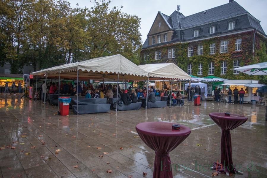Ungewohntes Bild:  Gut überdacht trotzte der harte Kern der Besucher dem schaurigen Wetter beim letzten Streetfood-Markt des Jahres.  (Foto: P. Gräber - Emscherblog.de)
