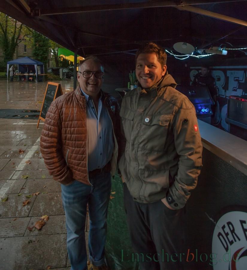 Können trotzdem noch lachen: Jens Reckermann und Stefan Thiel (r.), die Organisatoren des Marktes. Auch nächstes Jahr wird es wieder Streetfood-Märkte geben in Holzwickede,  versprechen die beiden.  (Foto: P. Gräber - Emscherblog.de