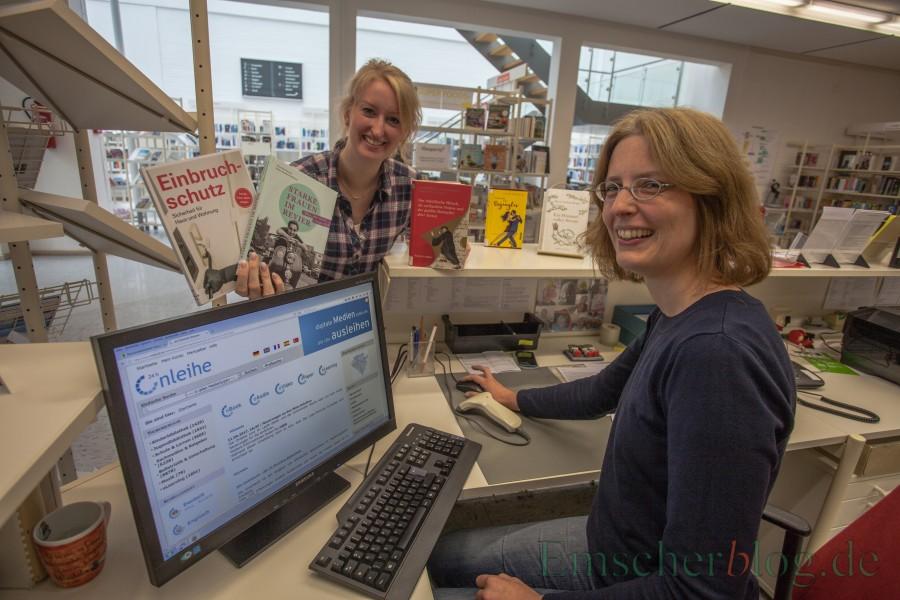Freuen sich über die Onleihe und eigene Homepage der Gemeindebücherei: Silke Becker (l.) und Kristina Truß. (Foto: P. Gräber - Emscherblog.de)