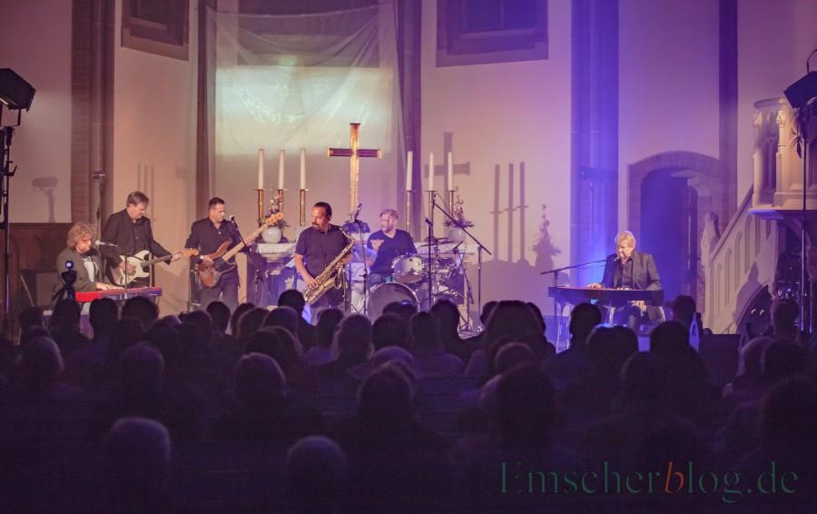 Bei seinem Konzert wurde Theo von exzellenten Musikern begleitet: Andreas Engelkenmeier (Klavier), Ingo Meyer (Gitarre), Daniel Neustadt (Bass), Tommy Schneller (Saxophon) und Jens Beckmann (Schlagzeug). (Foto: P. Gräber - Emscherblog.de)