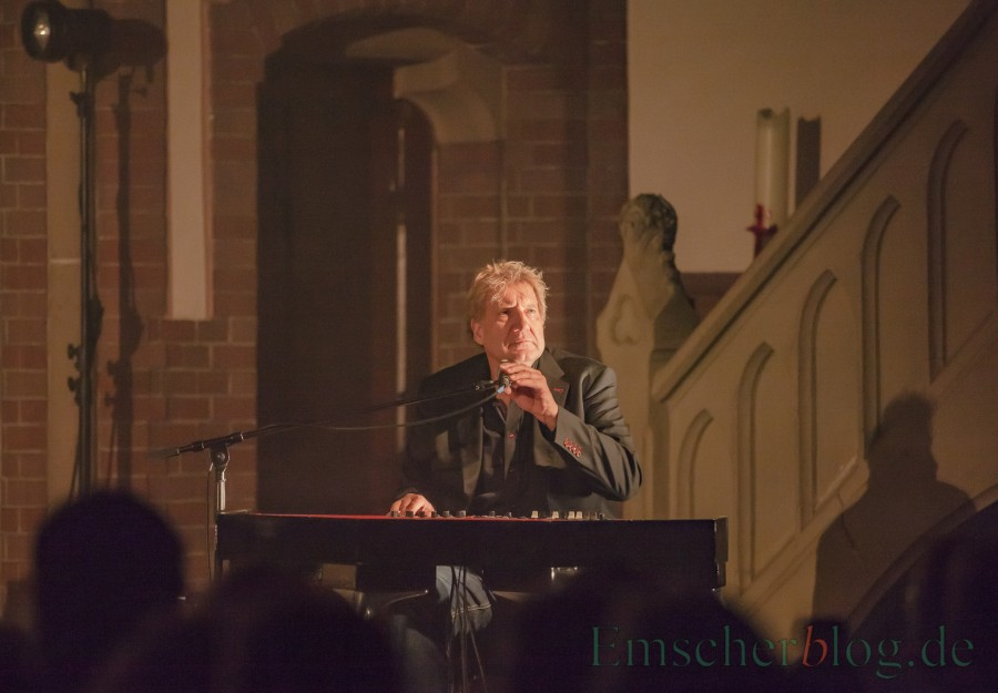 """Soulballaden vom Feinsten präsentierte der Scherter Sänger und Pianist Theo am Freitagabend in der evangelischen Kirche am Markt bei seinem Konzert """"Heart of Soul"""". (Foto: P. Gräber - Emscherblog.de)"""