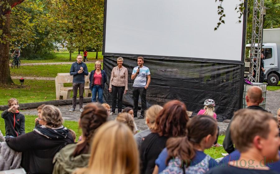 Jonas Beckmann (OJR), Stefanie Meier (Jugendausschuss), Bürgermeisterin Ulrike Drossel und Frederik Bald (OJR) eröffneten den Kinoabend zur Nacht der Jugendkultur im Emscherpark (v.li.). (Foto: P. Gräber - Emscherblog.de)