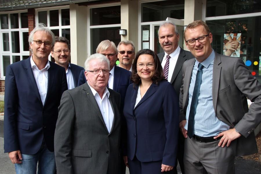 AWO Vorsitzender Wilfried Bartmann (3 v.l.) und AWO Geschäftsführer Rainer Goepfert (1 v.l.) hatten Andrea Nahles (3 v.r.)und die Arbeitsmarktakteure aus dem Kreis Unna zum Fachgespräch eingeladen. (Foto: AWO Kreis Unna)