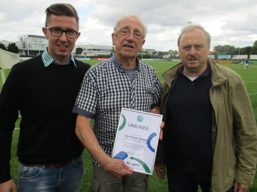HSC-Vorsitzender Sebastian Benett (links) und sein Vize Udo Speer (rechts) ehrten Hans-Heinrich Biermann für seine  langjährige Vereinstreue. (Foto: privat)