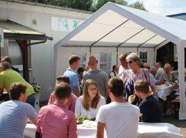Mit dem ersten Hoffest am vergangenen Sonntag bei der Weinhandlung Siegel knüpfte die SPD erfolgreich an die Tradition ihrer Hoffeste an. (Foto: privat)