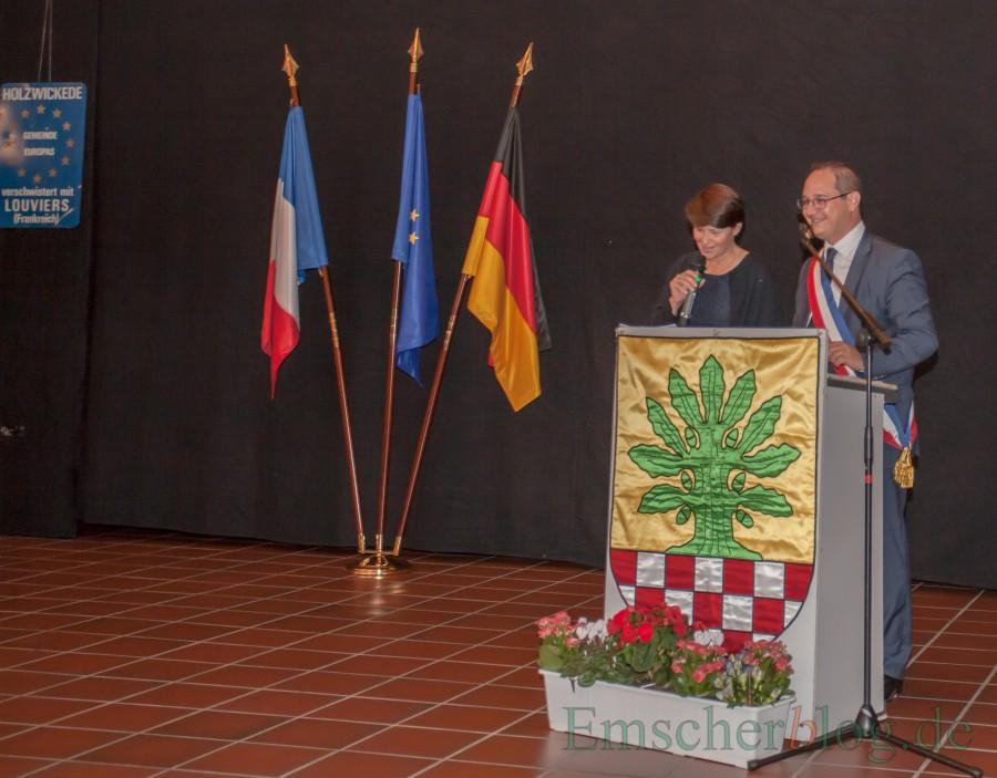 Betonte die Bedeutung der deutsch-französischen Freundschaft für ein friedliches und geeintes Europa: Xavier Priolland mit charnanter Übersetzerin. ( Foto: Gräber - Emscherblog.de)