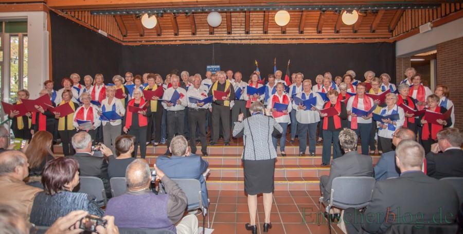 Zum Auftakt der sangen die Chöre Le Tourdion und Chantons zwei Lieder. Am Sonntag um m16 Uhr findet das gemeinsame Koinzert in der ev. Kirche statt. (Foto: P. Gräber - Emscherblog.de)
