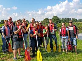 Das Foto zeigt einen Teil der Gruppe vor dem Einstieg in die Boote an der Ohler Mühle. (Foto: privat)